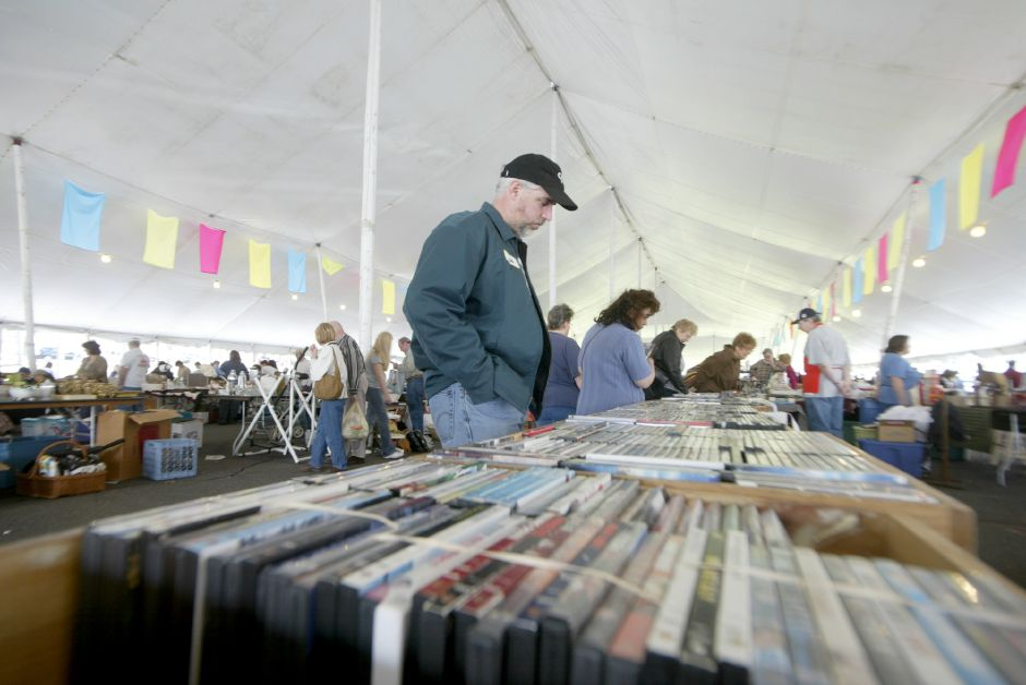 Record Journal Photo/ Johnathon Henninger 4.21.07 A potential customer looks at the selections of 5 DVD