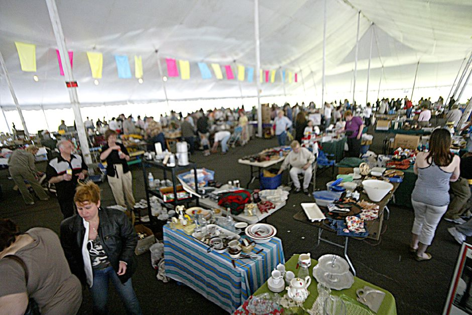 Record Journal Photo/ Johnathon Henninger 4.21.07 A view of the Tag Sale event at the Pre-Daffodil Festival on mirror lake in Meriden Saturday morning. ******Run small, focus too soft to run large******
