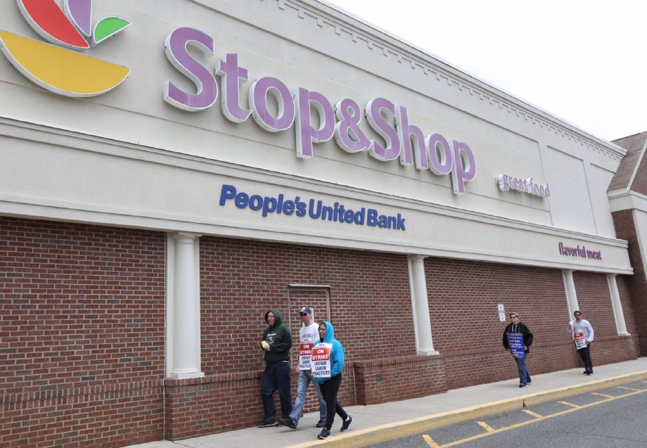 Stop & Shop employees continue the strike in Meriden, Mon., Apr. 15, 2019. |   Dave Zajac, Record-Journal
