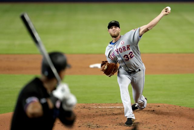 New York Mets starting pitcher Steven Matz (32) throws to Miami Marlins