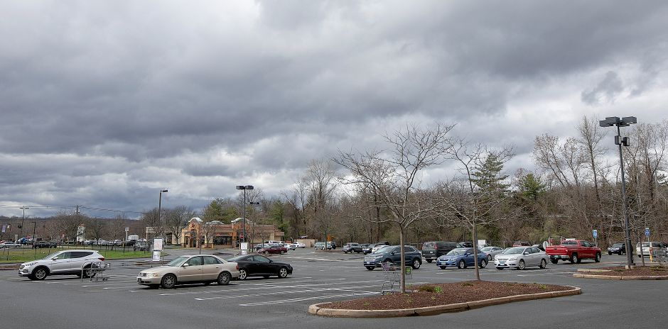 Only a few cars in the parking lot at Wallingford Stop & Shop as workers continue to strike, Mon., Apr. 15, 2019. Dave Zajac, Record-Journal