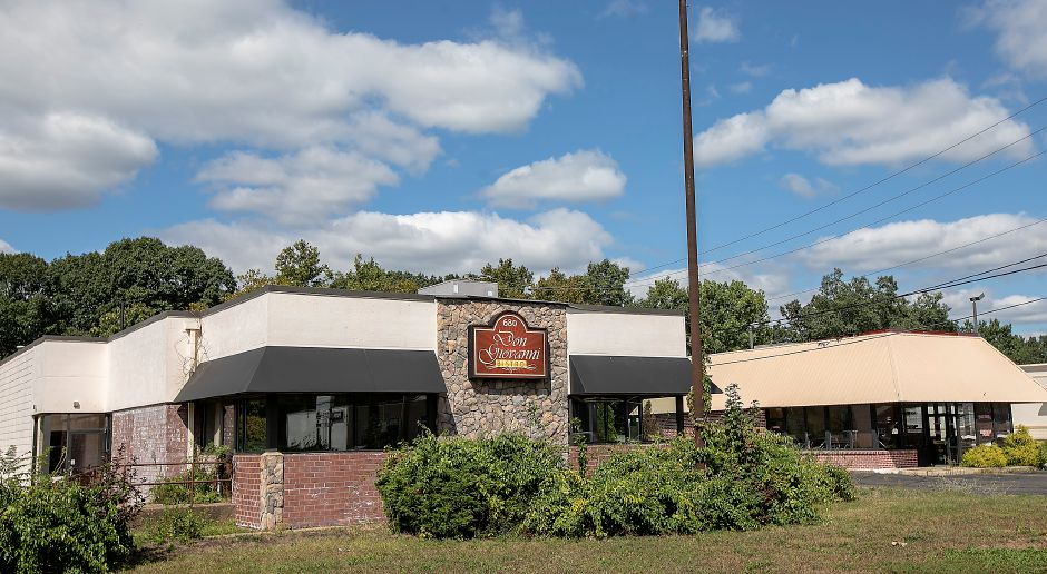 The former Don Giovanni Bistro at 680 N. Colony Rd., left, and the former Las Americas Restaurant at 684 N. Colony Rd., right, in Wallingford, Wed., Sept. 18, 2019. The Planning and Zoning Commission approved a special permit for Quality Subaru to use the nearby parcels on Route 5 for vehicle storage. Dave Zajac, Record-Journal